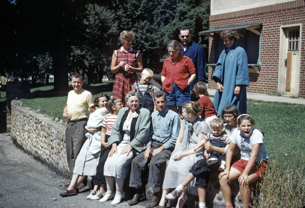 1950_extended_family_at_boro_park0085_sm-jpg